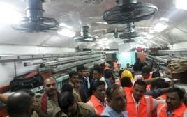 צוותי החילוץ בתאונת הרכבות בהודו