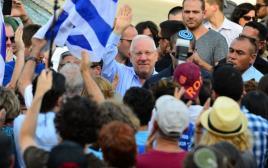 מאות במפגן תמיכה מול ביתו של הנשיא ראובן ריבלין