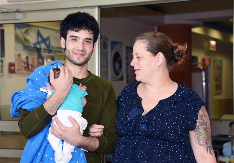 ישראל בר און ונויה עם הרך הנולד. צלם : דוברות בית החולים סורוקה