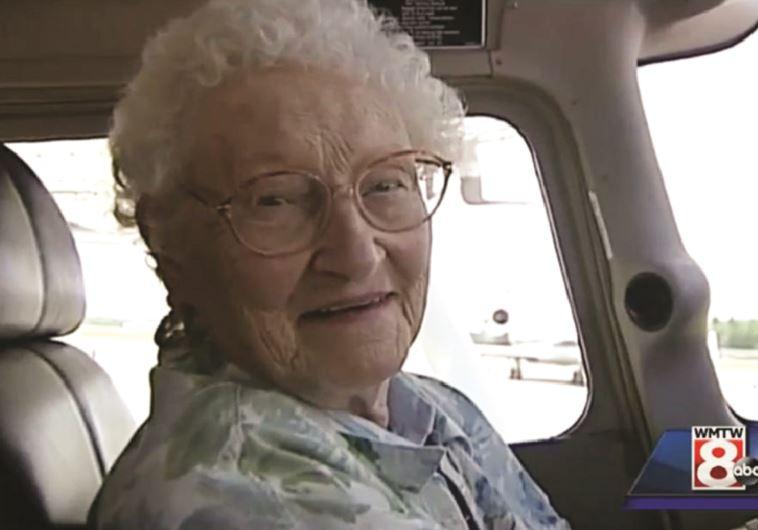 קשישה בת 91 בקוקפיט