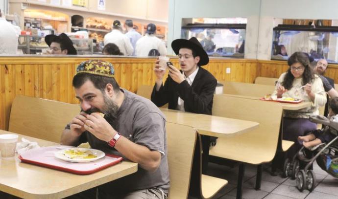 יהודים אוכלים במסעדה כשרה בברוקלין, מסעדות כשרות