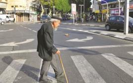 קשיש בכביש