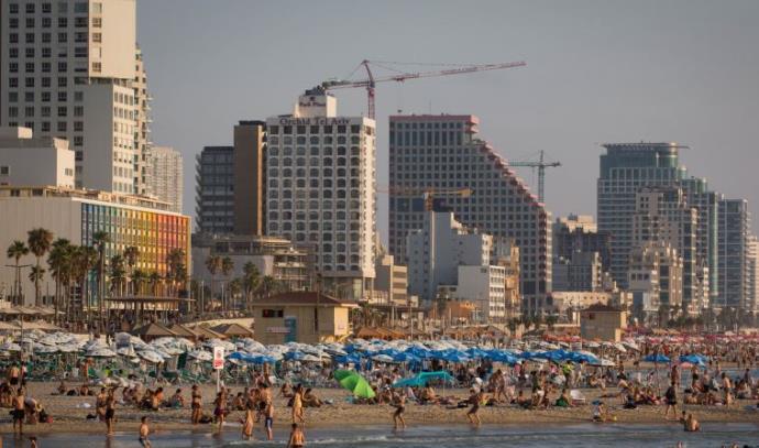 תיירים וישראלים על חוף הים של תל אביב