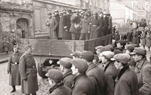 יהודים וחיילים גרמנים בגטו ורשה (צילום: הארכיון הפדרלי הגרמני, nobloch, Ludwig)