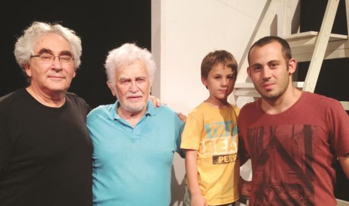 שומליק עצמון (שני משמאל) עם אחיו יוסי וירצר (משמאל), נכדו של וירצר אדם, ונינו עידו