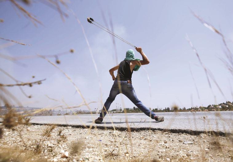 צעיר פלסטיני מיידה אבנים, החודש באזור רמאללה