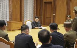 קים ג'ונג-און ומפקדי צבא צפון קוריאה