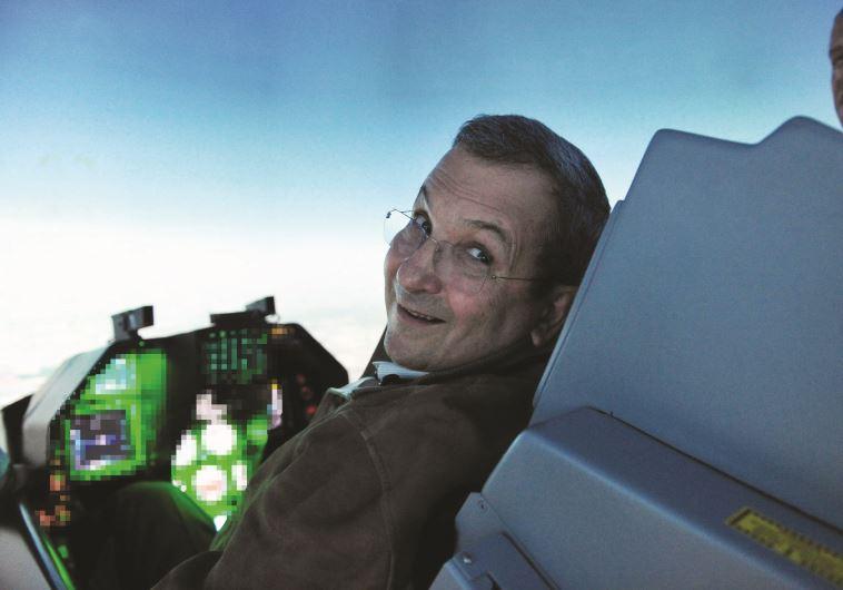 אהוד ברק במתקן סימולציה של חיל האוויר