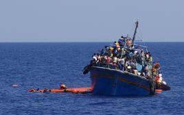 ספינת מהגרים סמוך לחופי לוב