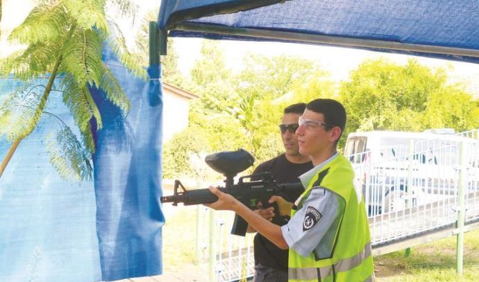 עידו שומר מבלה עם השוטרים