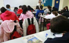 תלמידים ומורה בכיתה