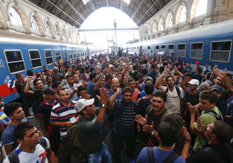 מהגרים ממתינים בתחנת הרכבת של בודפשט