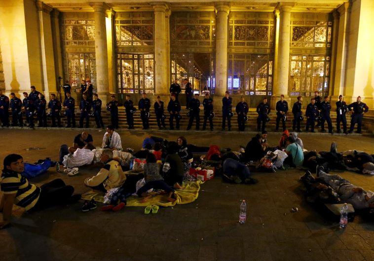 שוטרים חוסמים את תחנת הרכבת בבודפשט