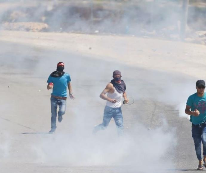 """פלסטינים בורחים אחרי שצה""""ל ירה גז מדמיע לעברם"""