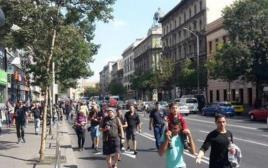 מהגרים בבודפשט צועדים לעבר הגבול עם אוסטריה
