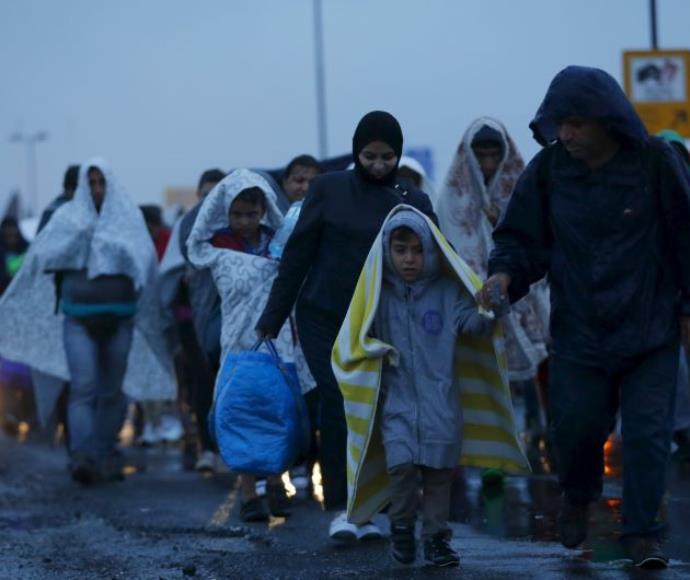 מהגרים מגיעים לגבול בין הונגריה לאוסטריה