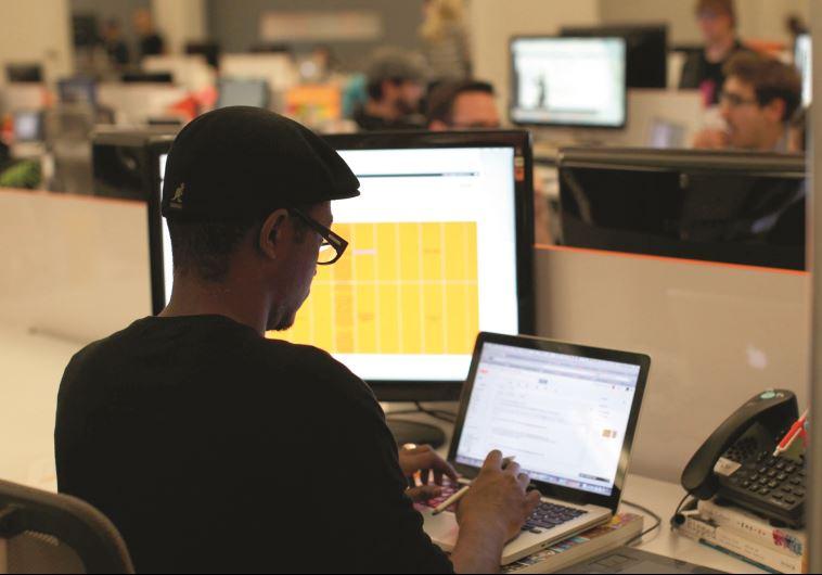 גבר משתמש במחשב, אילוסטרציה (צילום: רויטרס)