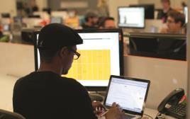 אדם גולש במחשב נייד