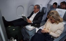 בנימין נתניהו ושרה במטוס