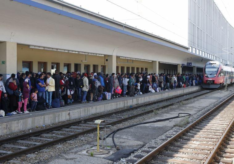 מהגרים בתחנת הרכבת בוינה, אוסטריה