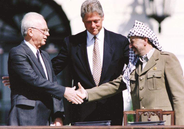 יצחק רבין, יאסר ערפאת וביל קלינטון, הסכם אוסלו, 1993. צילום: רויטרס