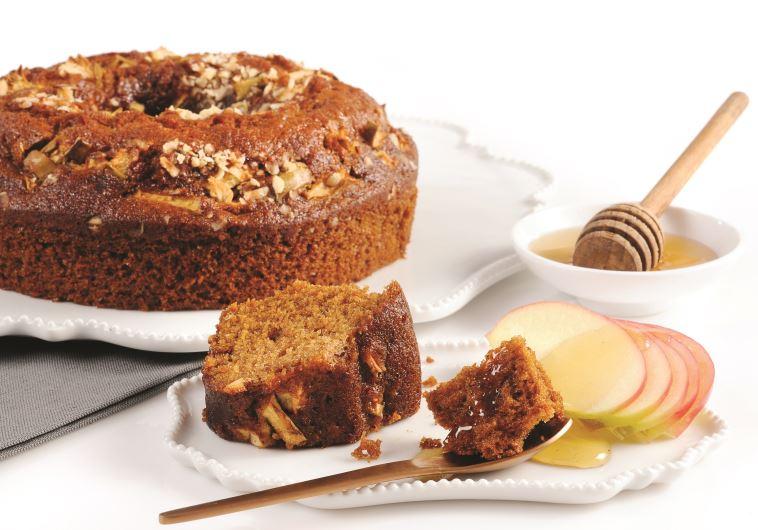 עוגת דבש עם קוביות תפוחי עץ ואגוזי לוז