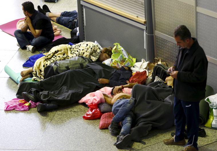 מהגרים ישנים על רצפת תחנת הרכבת במינכן