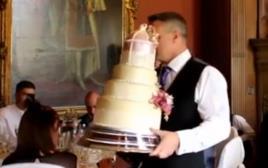 המלצר ועוגת החתונה