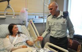סרן אור בן יהודה עם מפקד פיקוד דרום סמי תורג'מן לאחר פציעתה