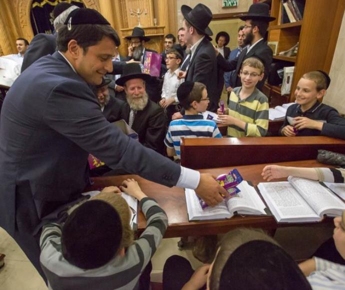 מר גרמן בביקור באחד השיעורים בישראל