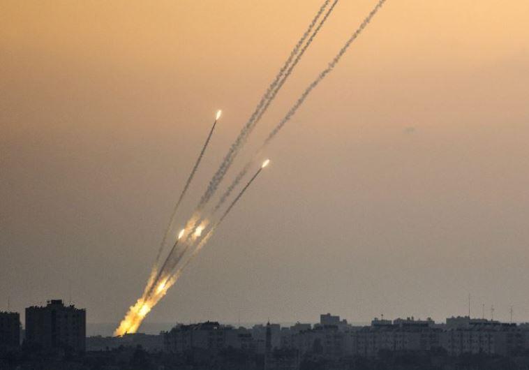 מנסים להימנע מהסלמה. שיגור רקטות מעזה, צילום: רויטרס