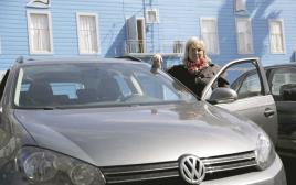 בעלת רכב פולקסווגן בסן פרנסיסקו