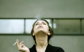 עישון: אישה מעשנת סיגריה