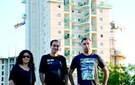 תושבי שכונת הארגזים על רקע הפרויקט החדש