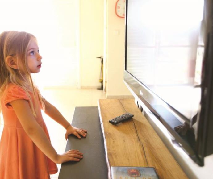 ילדה צופה בטלוויזיה