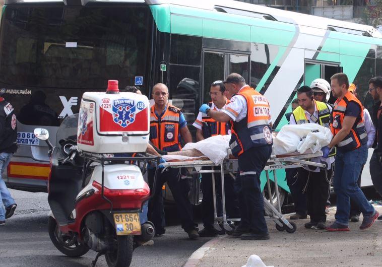 פינוי פצועים מהפיגוע באוטובוס בארמון הנציב בירושלים