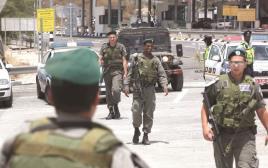 לוחמי משמר הגבול בעמדת בידוק בבית חורון