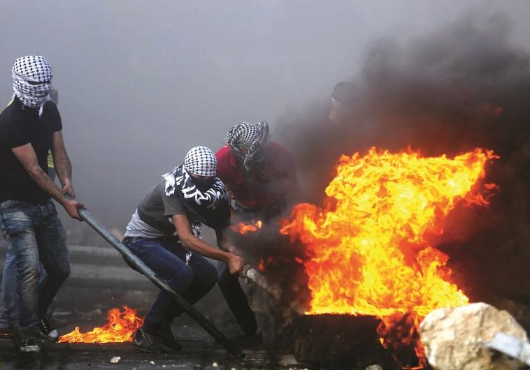 """מהומות בין פלסטינים לכוחות צה""""ל"""