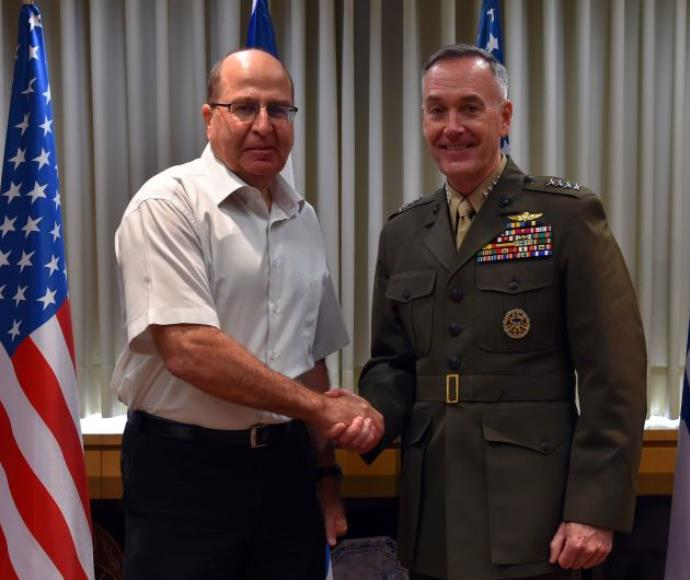 שר הביטחון משה יעלון עם ראש המטות המשולבים הגנרל ג'וזף דנפורד