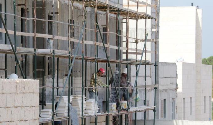 פועלים באתר בנייה במודיעין