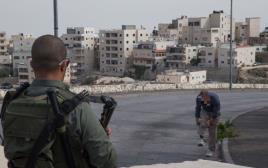 חייל שומר ליד מחסום, צילום ארכיון