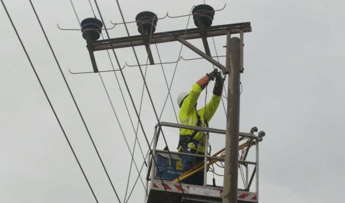 טכנאי חברת החשמל פועלים לתיקון התקלה