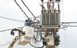 טכנאי חברת החשמל מתקנים את התקלות