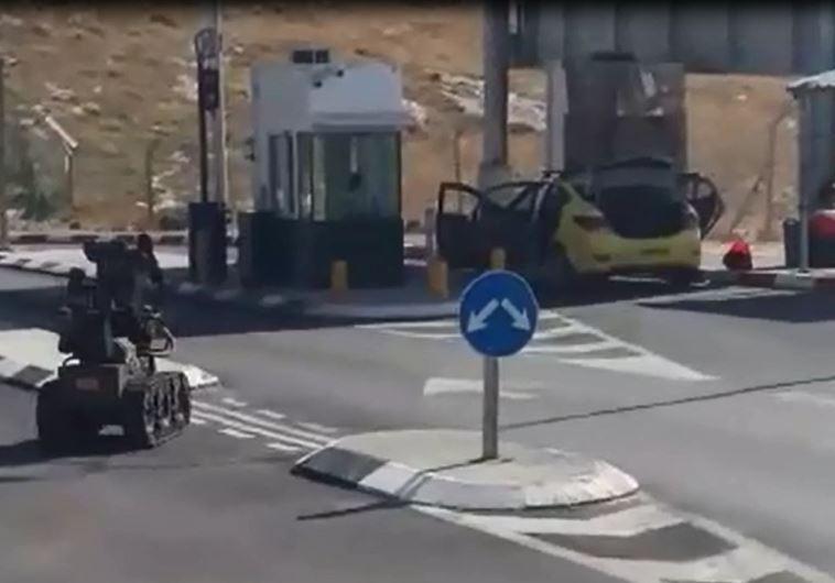רובוט משטרתי ניגש לרכב עם המטען