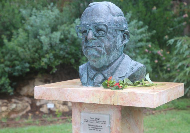 פסלו של יצחק נבון במשכן הכנסת. צלם : מרק ישראל סלם