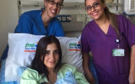 היולדת קרין לוי, התינוק, וצוות חדר לידה דר איילת גדרון ואביבית כהן צנחני