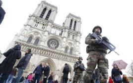 חיילים בנוטרדאם אחרי מתקפת הטרור בפריז