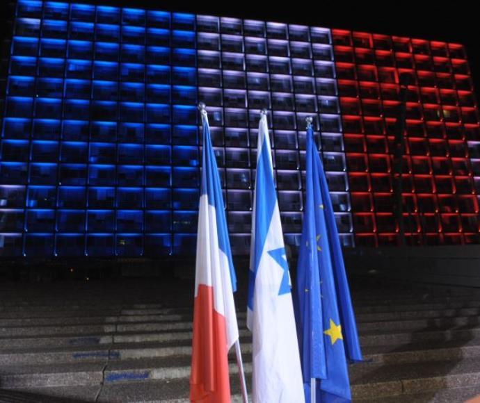 כיכר רבין בצבעי דגל צרפת אחרי מתקפת הטרור בפריז