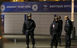 שוטרים מחוץ לסטאד דה פראנס בפריז
