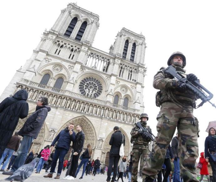 חיילים בנשק שלוף לאחר הפיגועים בפריז